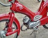 Moped von uns mit Schlepperpinsel von Hand linieren